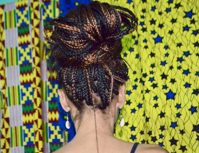 アフリカンヘアスタイルに挑戦!ギニアでは、子供から大人まで女性は編み込みや付け毛を付けたりオシャレなヘアスタイルにしています。
