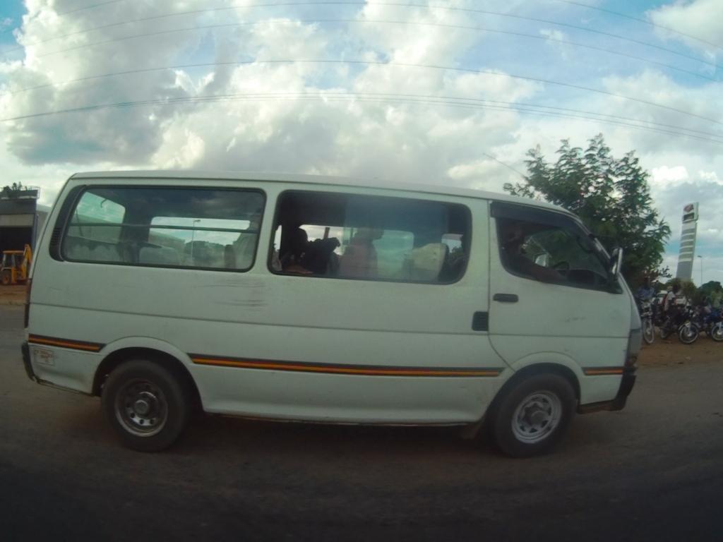 """ガソリンが値上がり!モザンビークの乗り合いバス""""シャパ""""は、儲かるのか考えてみた。"""