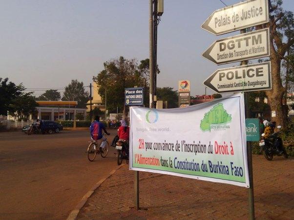 憲法への「食料への権利」記載を求めるバナーを交差点に設置