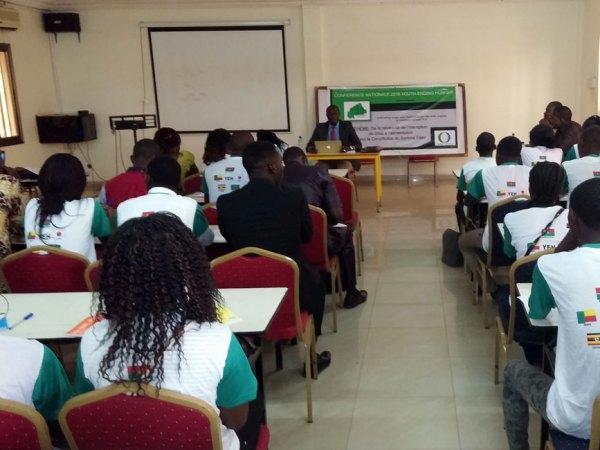 憲法改正委員をゲストに招いて講演会を開催した