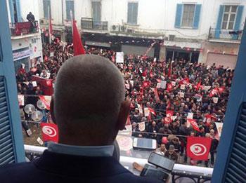 Des centaines de syndicalistes de militants et d'ouvriers se sont rassemblés devant le siège de l'UGTT