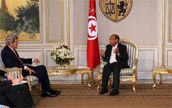Le secrétaire d'Etat américain John Kerry est arrivé mardi à Tunis pour une visite surprise destinée à montrer le soutien des Etats-Unis au pays