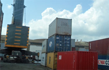 La situation au port de Rades demeure l'un des dossiers préoccupants du ministère du transport qui s'est engagé à trouver les solutions appropriées pour décongestionner l'activité maritime. ...