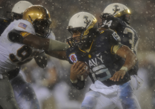 Navy quarterback Keenan Reynolds carries the ball against Army at Lincoln Financial Field in Philadelphia, Pa., on Saturday, December 14, 2013. (Mike Morones/Staff)