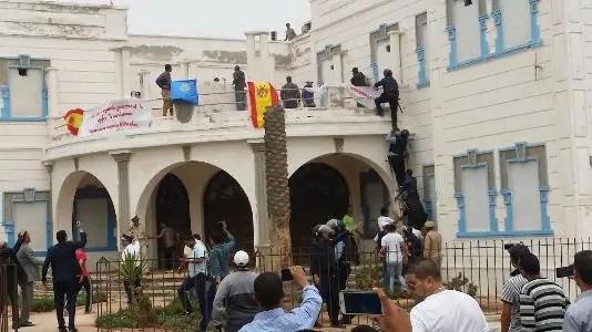 إفني(+صور):حالة استنفار كبير بعد اقتحام مقر الإدارة الاسبانية ورفع العلم الإسباني