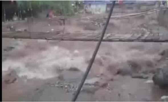 +فيديو : فيضانات أوريكا تتسبب في حجز السياح وقطع الطريق