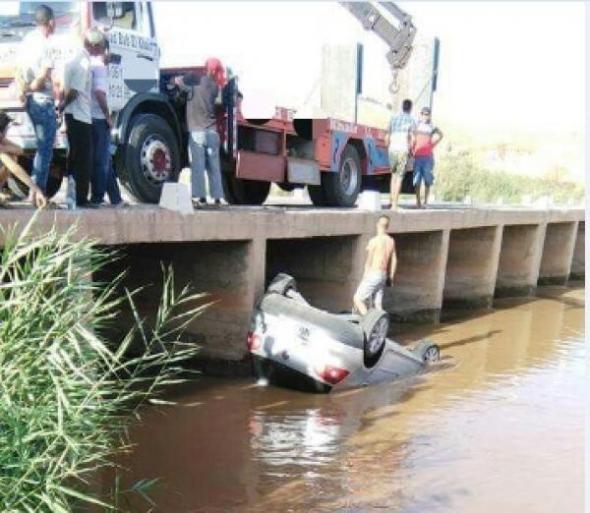 سيارة تسقط في  واد ضواحي الفقيه بن صالح و صاحبها ينجو بأعجوبة