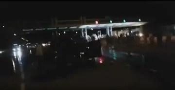 شاهد إنقلاب شاحنة محملة بالوقود بمحطة الأداء بأمسكرود قرب أكادير