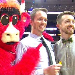 酷新聞:NBA球場上首度同志求婚 公牛隊球迷同享喜悅