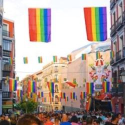 酷新聞:西班牙議會被迫撤彩虹旗  居民群起自家掛起彩虹旗