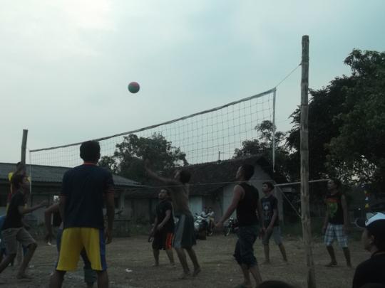 Sejarah dan Teknik Permainan Olahraga Bolavoli - Gambar pemuda sedang bermain olahraga bola voli