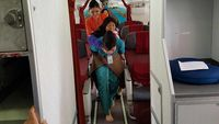 Pramugari Garuda Ini Gendong Seorang Nenek Saat Turun Pesawat