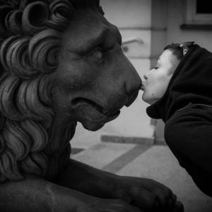 Kissing the lion - Photo by Alex Leonard