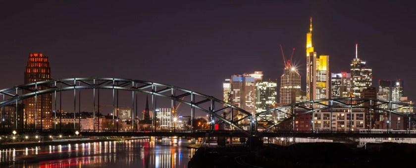 Deutschherrnbrücke mit Skyline von Frankfurt am Main