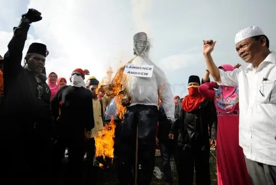 protestors burn an effigy of Catholic Protesters burn an effigy of Herald editor Fr Lawrence Andrew - Photograph: The Malaysian Insider
