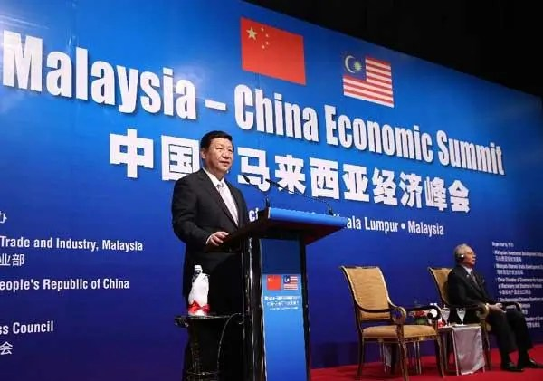 Chinese President Xi Jinping (L) addresses the China-Malaysia Economic Summit in Kuala Lumpur on 4 October 2013. Chinese President Xi Jinping and Malaysian Prime Minister Najib Razak jointly attended the summit. (Xinhua/Pang Xinglei)