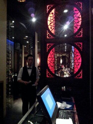 entrada mao restaurante bilbao