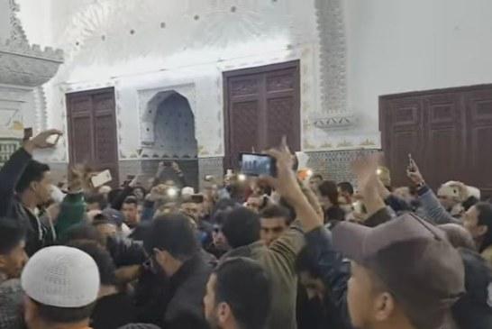 """سابقة… إضراب عن الصلاة في مدينة فاس احتجاجا على """"عزل"""" خطيب جمعة + فيديو"""