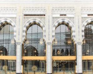 أبواب الكترونية لمباني المسجد الحرام تتيح للزوار الاتصال البصري بالكعبة المشرفة