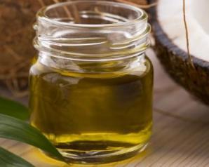 تخلصى من جفاف البشرة وقشرة الشعر وتشابكه باستخدام زيت جوز الهند