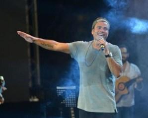 عمرو دياب يتألق في الغناء على ملعب ويمبلي بلندن