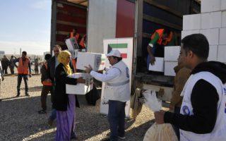 """""""الهلال الاحمر"""" توزع 5000 سلة غذائية وصحية على النازحين العراقيين"""