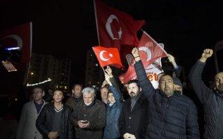 مظاهرات أمام القنصلية الهولندية في اسطنبول احتجاجا على إبعاد الوزيرة التركية