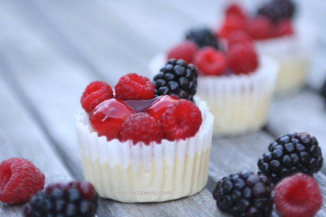 Easy mini cheesecakes-dessert-minii-cheesecakes-cherries-blackberries-chocolate cookie halves-easy-cheesecake