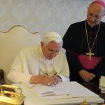 Le pape Benoît XVI signant l'encyclique