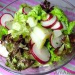 Салат из редиса, картошки, листового салата и чеснока