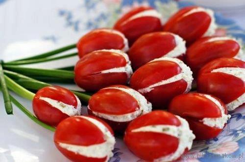 Красиывй праздничный салат в форме тюльпанов из помидоров и пеца