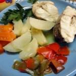 Пикша отварная с овощами и соусом