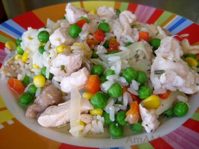 жареные: куриная грудка, кукуруза, горошек, рис, лук, чеснок