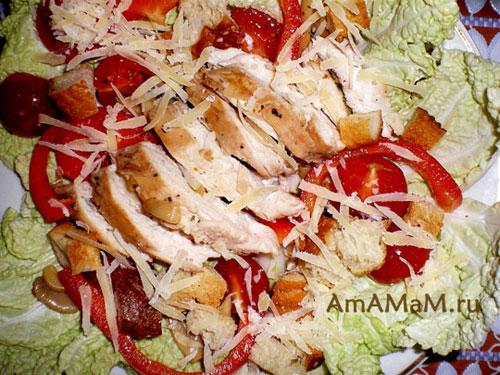 Готовый салат из курицы и овощей с гренками и сыром по-итальянски