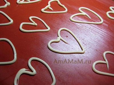 Выкладывание тонких сердечек - кондитерских украшений