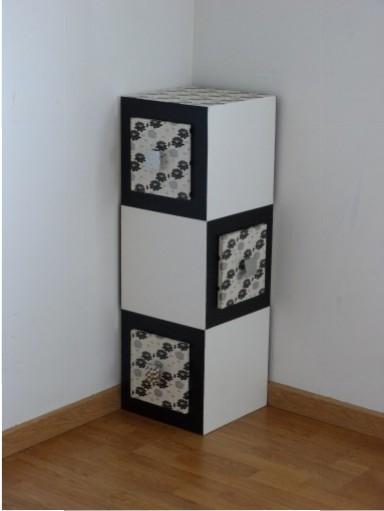 Meuble d'angle en carton avec trois tiroirs accessibles sur deux faces