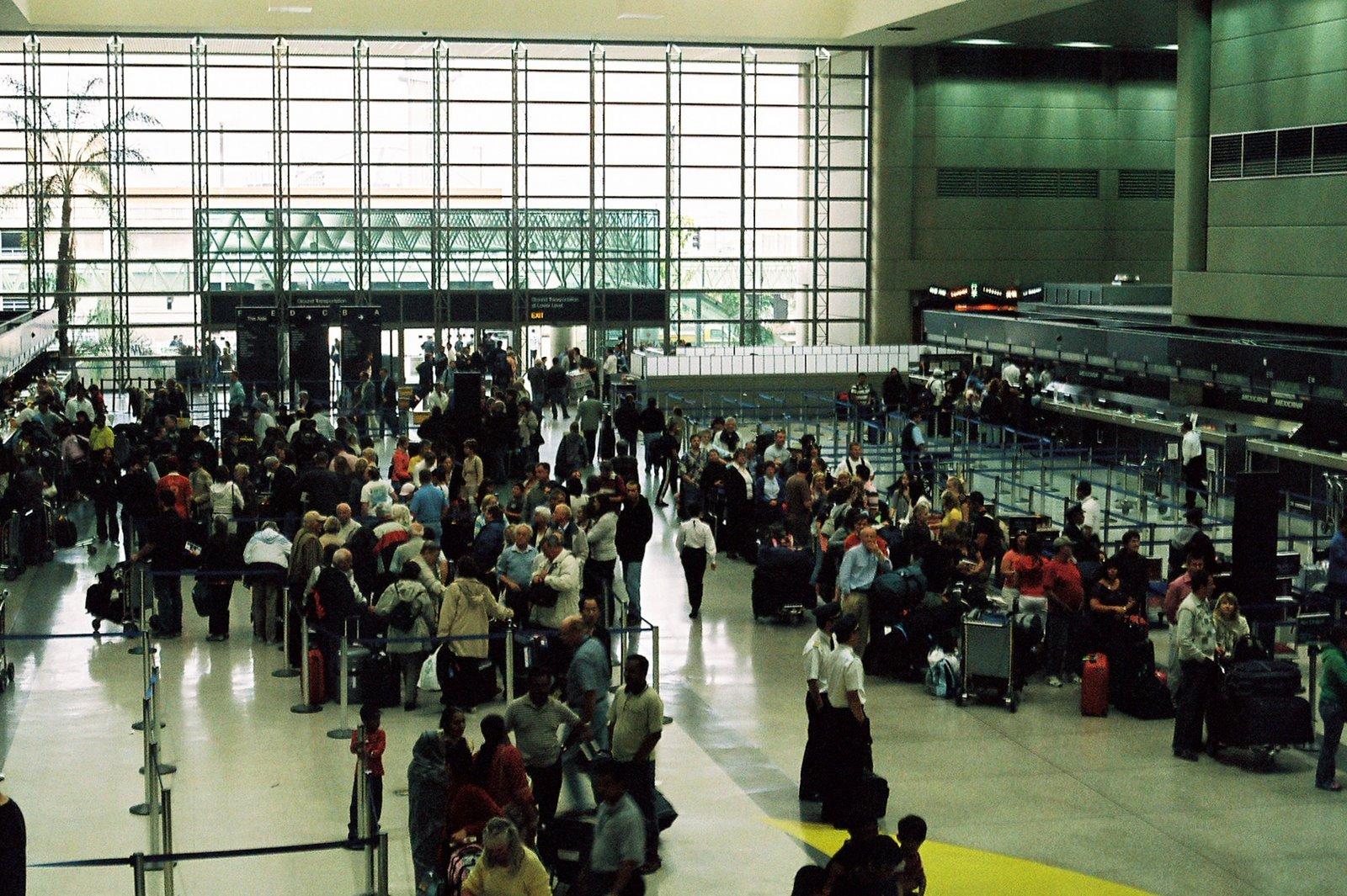 Peruvians Return from Abroad to Peru -- the exodus begins