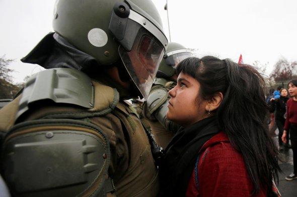 protester-in-chile