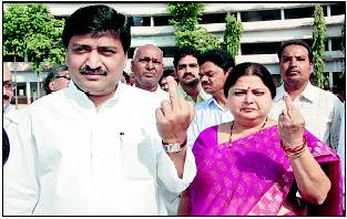 ashok-chavan-middle-finger