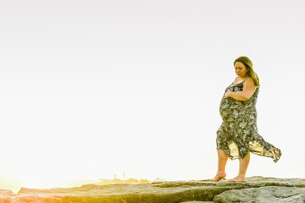 pregnant woman by the beach auckland mission bay by anais chaine photography
