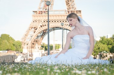 Trocadero, paris, engagement photoshoot wedding dress by Celine Hetroit creation, french stylist. Photographer Anais Chaine photography.