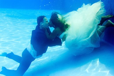 couple kissing underwater in Fiji by Anais Photography
