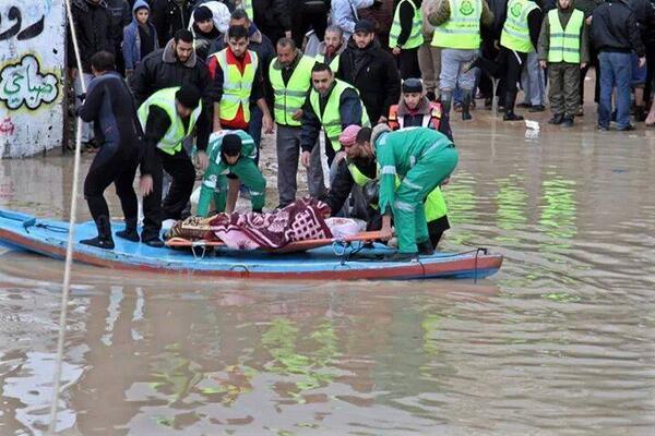 فرق الإنقاذ في غزة أثناء نقل مسنة متضررة من العاصفة الكسا