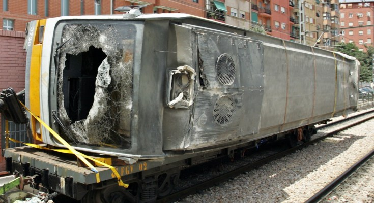 VAGON TRAS EL ACCIDENTE DE METRO DE VALENCIA  Javier Barbancho / AP Photos / © Radialpress 04/07/2006  VALENCIA *** Local Caption *** One of the subway train carriages that overturned Monday, is taken away on a service train in Valencia, Spain Tuesday, July 4, 2006.  (AP Photo/Javier Barbancho)© RADIAL PRESS
