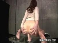 美尻お姉さんが巨大ディルドーを使ってアナルオナニー!肛門を広げて腰を振りまくってるあなル画像 動画