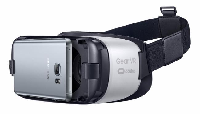 """Wer das """"Galaxy S7"""" oder das """"Galaxy S7 Edge"""" bis zum 10. März vorbestellt, erhält kostenlos die Virtual-Reality-Brille """"Gear VR"""" mitgeliefert. (Foto: Samsung)"""