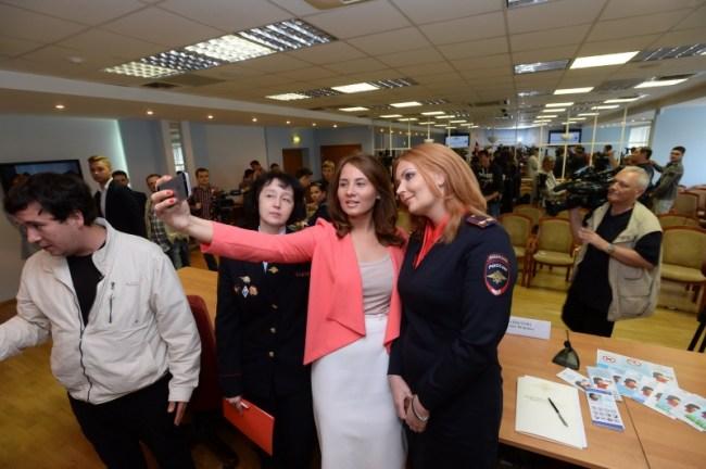 Hier stellt eine junge Frau ein Selfie her – auf einer Veranstaltung des russischen Innenministeriums, die vor den Gefahren von Selfies warnt ... (Foto: Russisches Innenministerium)
