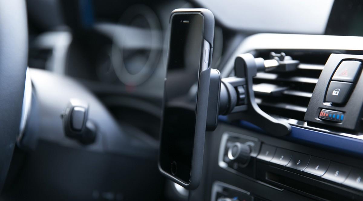 Weltneuheit: Smartphone-Halterung, die magnetisch hält und kabellos lädt