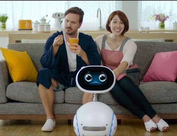 Kein Grund mehr, vom Sofa aufzustehen: Zenbo kann über Smart-Home-Systeme die Beleuchtung, Fernsehgeräte und Klimaanlagen steuern. Oder auf seinem Bildschirm anzeigen, wer an der Haustür klingelt.