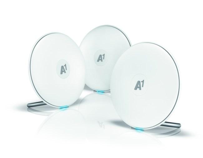 """Das """"A1 Mesh WLAN Set"""" besteht aus drei identischen Mesh-Routern in schicker Scheibenform, die den WLAN-Empfang in deiner Wohnung verbessern. (Foto: A1)"""